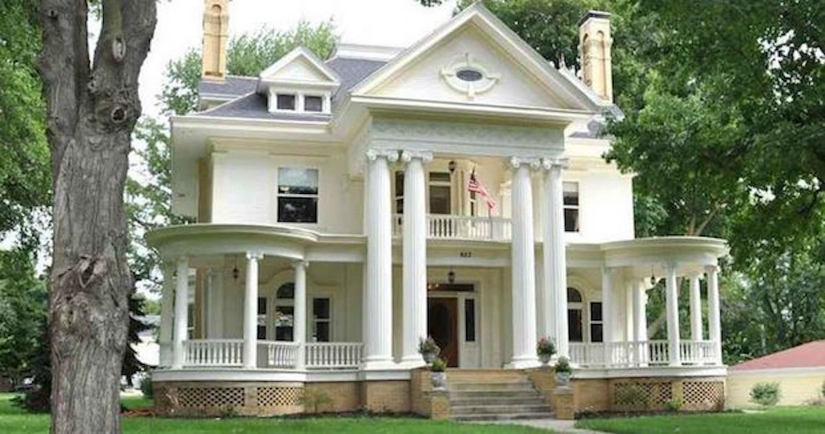Revival Farmhouse Is 100 Years Old But Still Beautiful